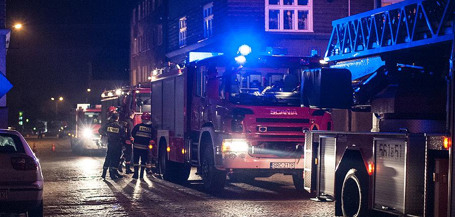 Nocny pożar mieszkania w bloku przy Lompy