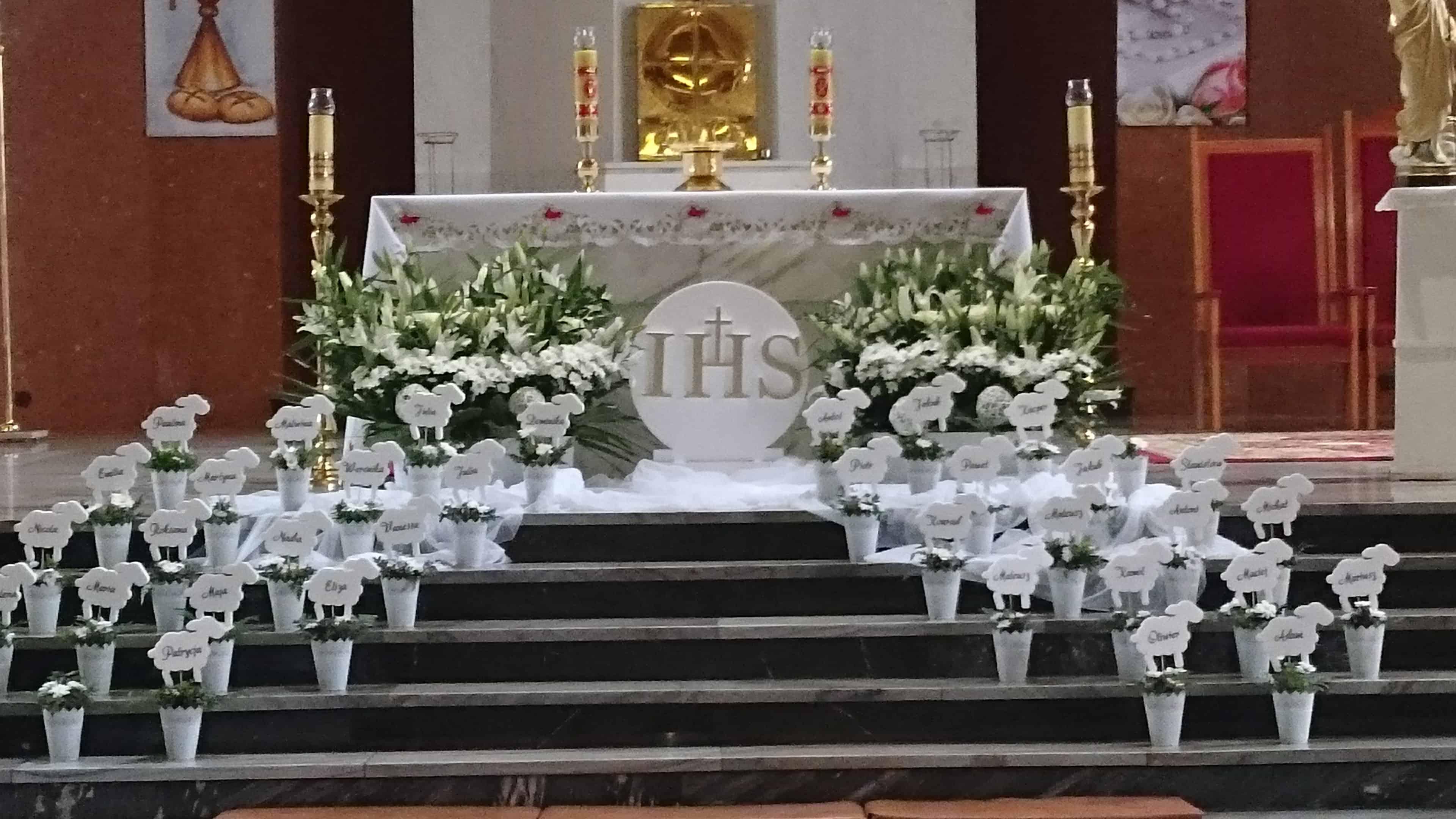 ef8e87d6c7 Przykładowa dekoracja komunijna kościoła wykonana przez firmę Floraj  Justyny Muszyńskiej