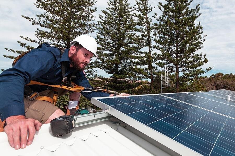 Montażysta paneli PV na dachu