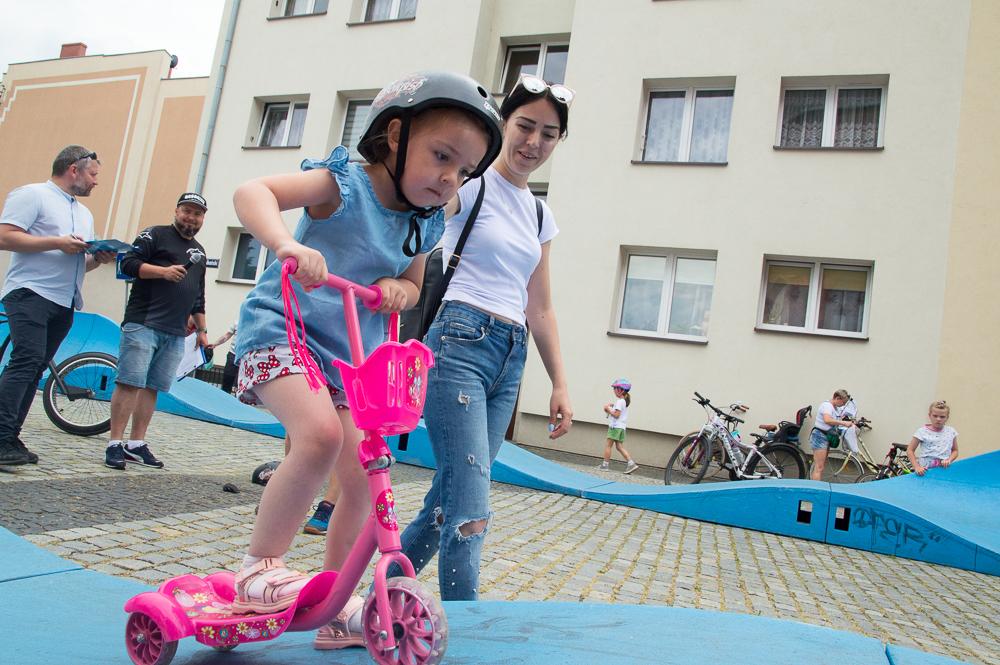 Karolina Kuśkowska ze swoją córeczką Nadią. Pięciolatka wzięła udział w zawodach na torze pumptruck. Dziewczynka jeździ na hulajnodze, ale uczy się też jazdy rowerze. Póki co wspomaga się dodatkowymi kółkami. Dzięki temu może jechać do przedszkola samodzielnie.