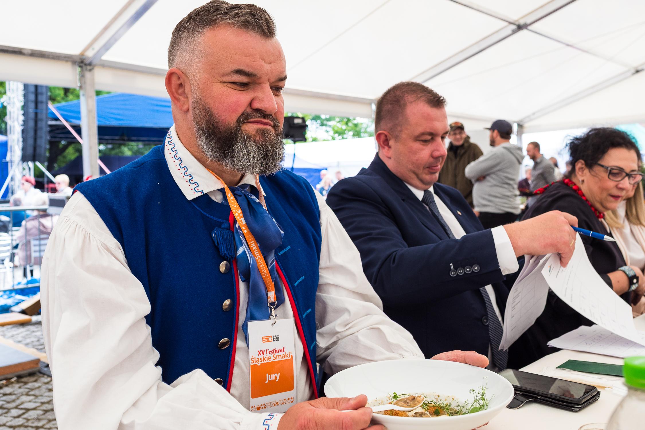 Adam Wawoczny, Prezes Zarządu Śląskiej Organizacji Turystycznej i Grzegorz Swoboda Starosta Raciborski oceniają potrawy i produkty zaprezentowane na Festiwalu