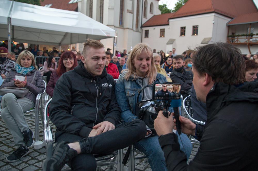 Radek Miera i Agata Russin przyjechali na koncert Kombi z Rybnika. Młodzi ludzie przyznają, że muzyki tego zespołu słuchają podczas spotkań ze znajomymi. - Jesteśmy w Raciborzu, żeby pobawić się wśród ludzi. Tak długo byliśmy pozamykani - mówią.