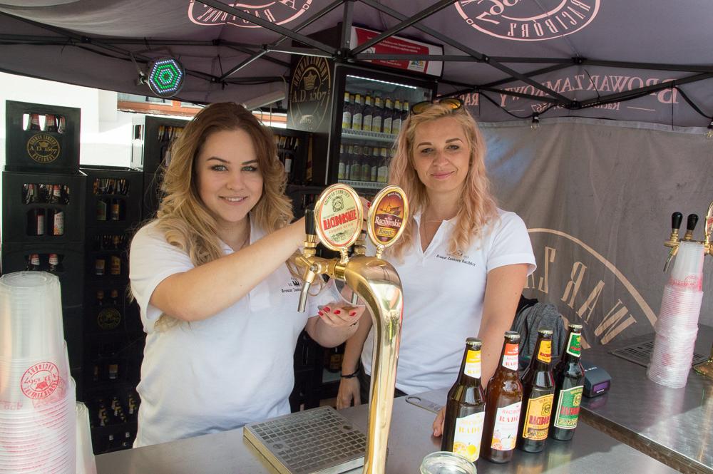 Na Zamku Piastowskim w Raciborzu nie mogło zabraknąć raciborskiego piwa, które jest warzone w Browarze Zamkowym. Na zdjęciu Natalia Skawińska i Danuta Rachelska ze stoiska raciborskiego browaru.