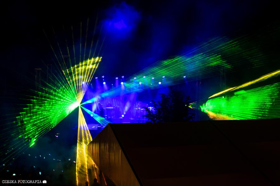 Koncert zakończył się pokazem laserów i sztucznych ogni.