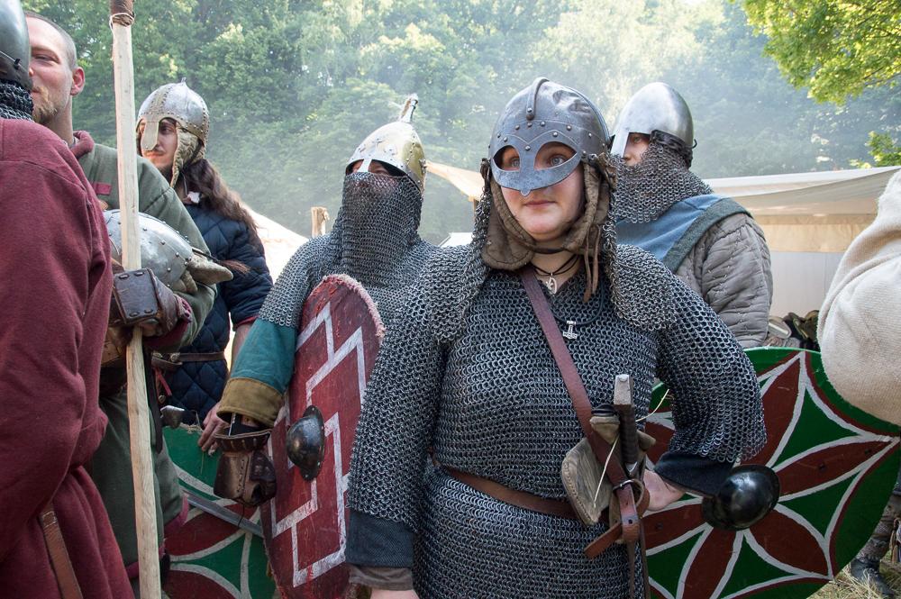"""""""Thrima"""" należy do drużyny Woton Hird z Jeleniej Góry. Jest jedną z nielicznych kobiet, które biorą udział w bitewnej części imprezy. - Po prostu lubię się bić - mówi wojowniczka."""
