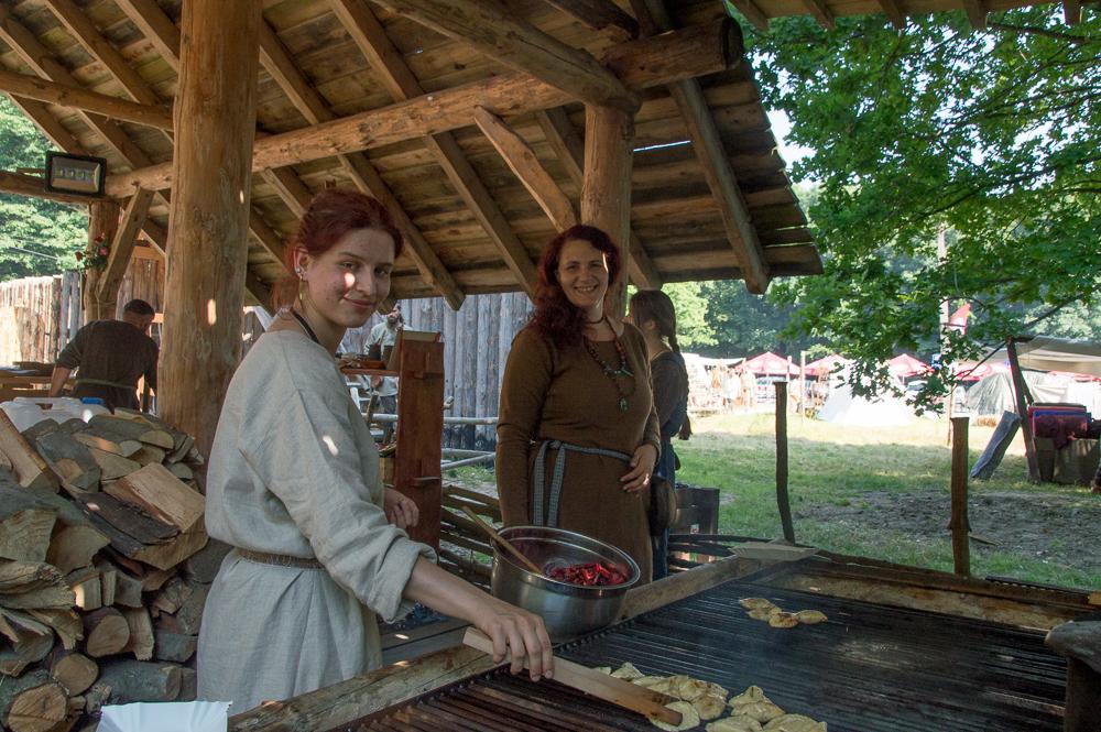 """Basia """"Litlauss"""" Wypych i Elżbieta """"Sigrun"""" Noga w średniowiecznej karczmie. Warto tu zajrzeć przed obiadem!"""