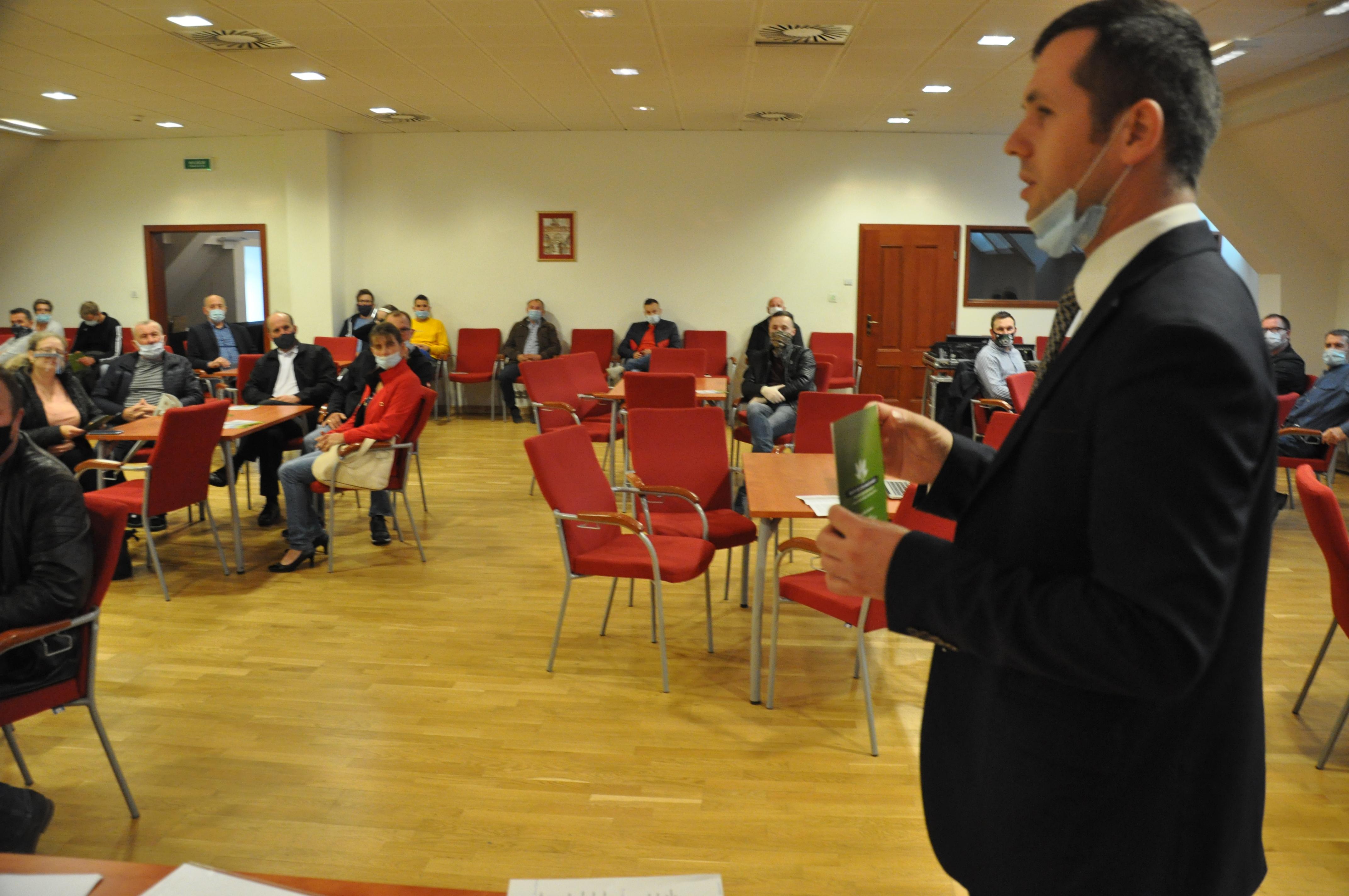 """W październiku 2020 roku na Zamku Piastowskim w Raciborzu zorganizowano pierwsze spotkanie dotyczące dzierżawy państwowej ziemi dla rolników indywidualnych. Relacje z tego wydarzenia można było przeczytać w """"Nowinach Raciborskich"""" oraz usłyszeć w Radio Vanessa. - Po tym spotkaniu dostałem pismo dużej kancelarii prawnej z Katowic. Przedsiębiorstwo rolno-przemysłowe z siedzibą w Raciborzu wezwało mnie do zaprzestania podawania informacji na temat wysokości czynszu dzierżawnego, bo informacja ta nie ma charakteru publicznego. Ja wysłałem pismo do Krajowego Ośrodka Wsparcia Rolnictwa i w trybie dostępu do informacji publicznej dostałem taką informację - powiedział Ł. Mura podczas kolejnego spotkania. Przywódca rolniczej inicjatywy postanowił zabezpieczyć się przed ewentualnymi krokami prawnymi - całe spotkanie w Sudole zostało nagrane (za zgodą obecnych na sali)."""