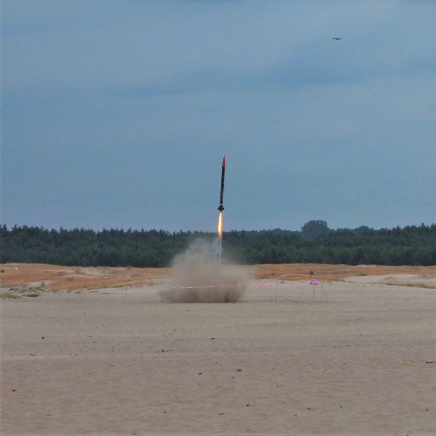 Start rakiety, która wyniosła minisatelitę na wysokość około 3 kilometrów.