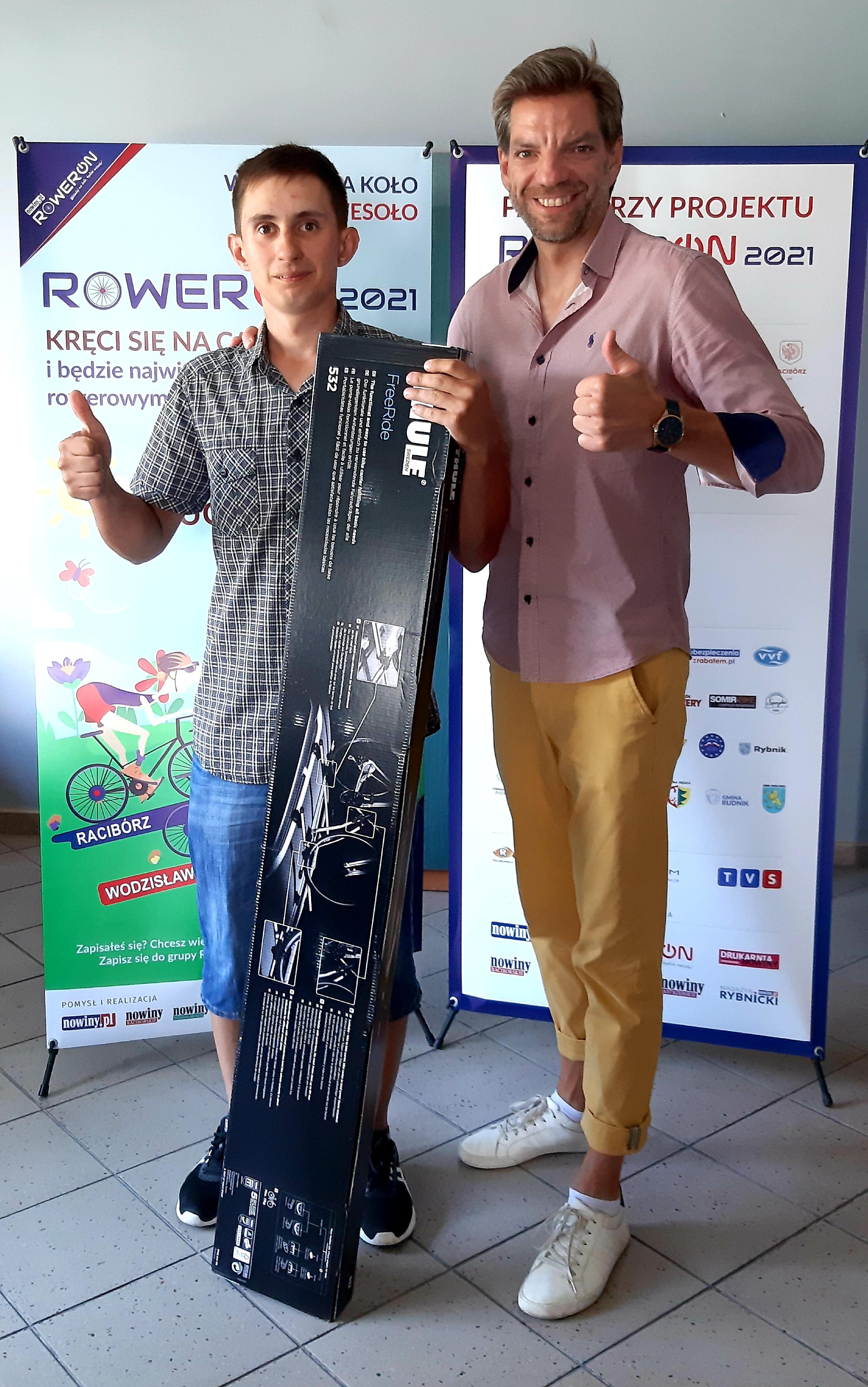 Mateusz Sieradzki to zwycięzca RowerON LONG Challenge 2021. W nagrodę otrzymał od nas bagażnik dachowy THULE FREERIDE 532. Sponsorem nagrody jest firma CAMPBOX z Raciborza. Na zdjęciu razem z Markiem Kuderem - szefem biura reklamy Nowin, który wręczył mu nagrodę.