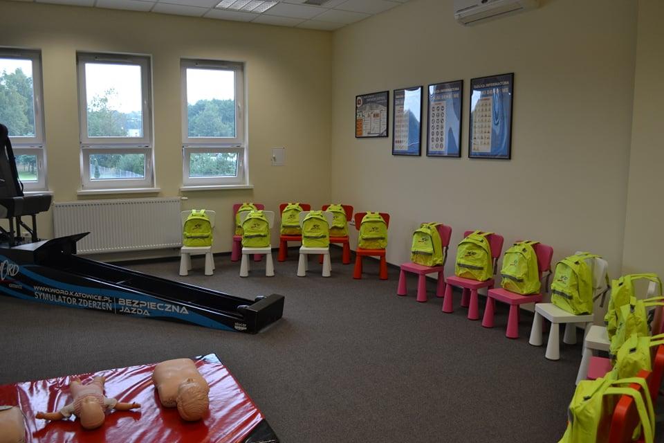 sala edukacyjna z fantomami do ćwiczenia pierwszej pomocy i symulatorem zderzeń