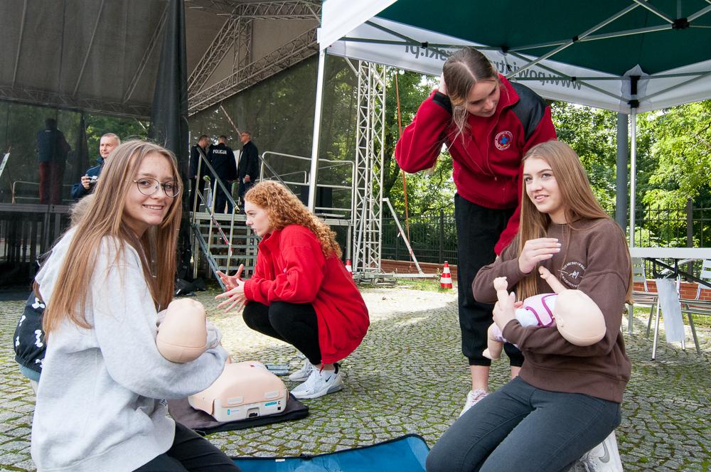 Uczennice raciborskiego Ekonomika Magdalena Szczepieł i Emilia Solich skorzystały z okazji do przypomnienia sobie zasad udzielania pierwszej pomocy małemu dziecku.