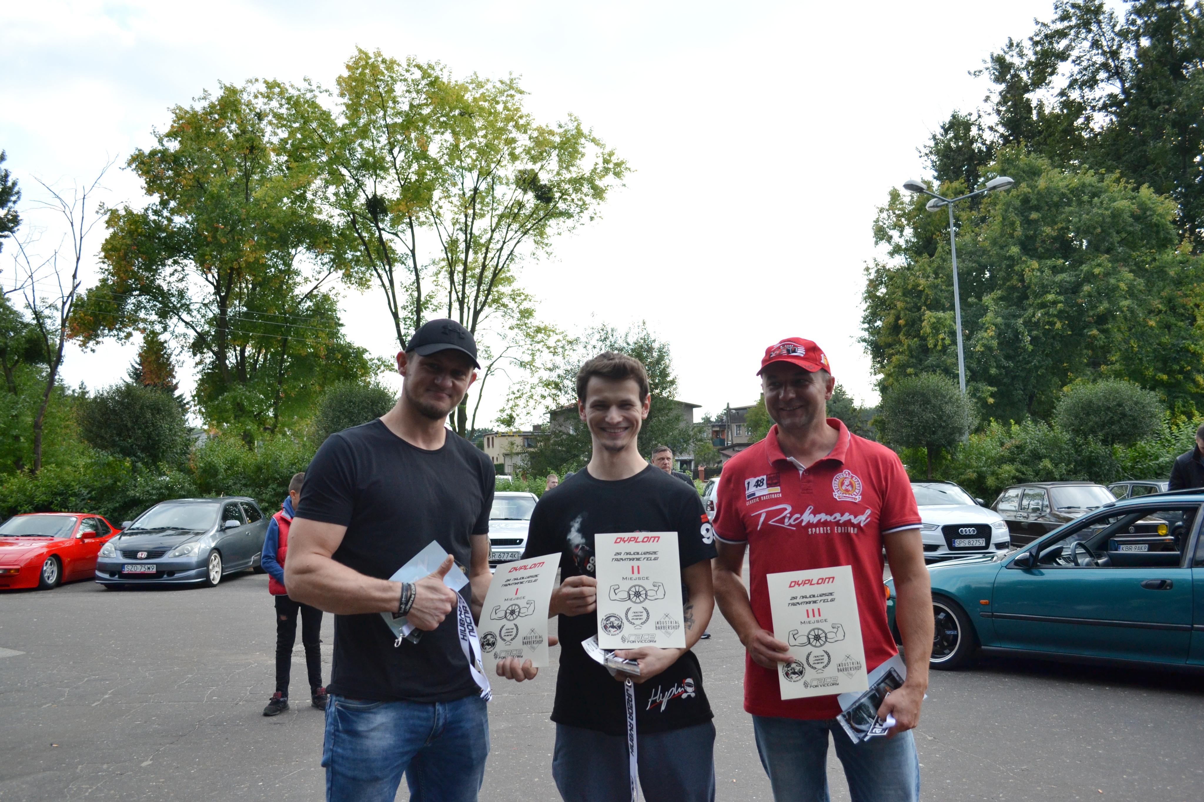 Zwycięzcy konkursu na trzymanie felg. Od lewej: Mariusz – miejsce pierwsze, Maciej – miejsce drugie, Janusz – miejsce trzecie