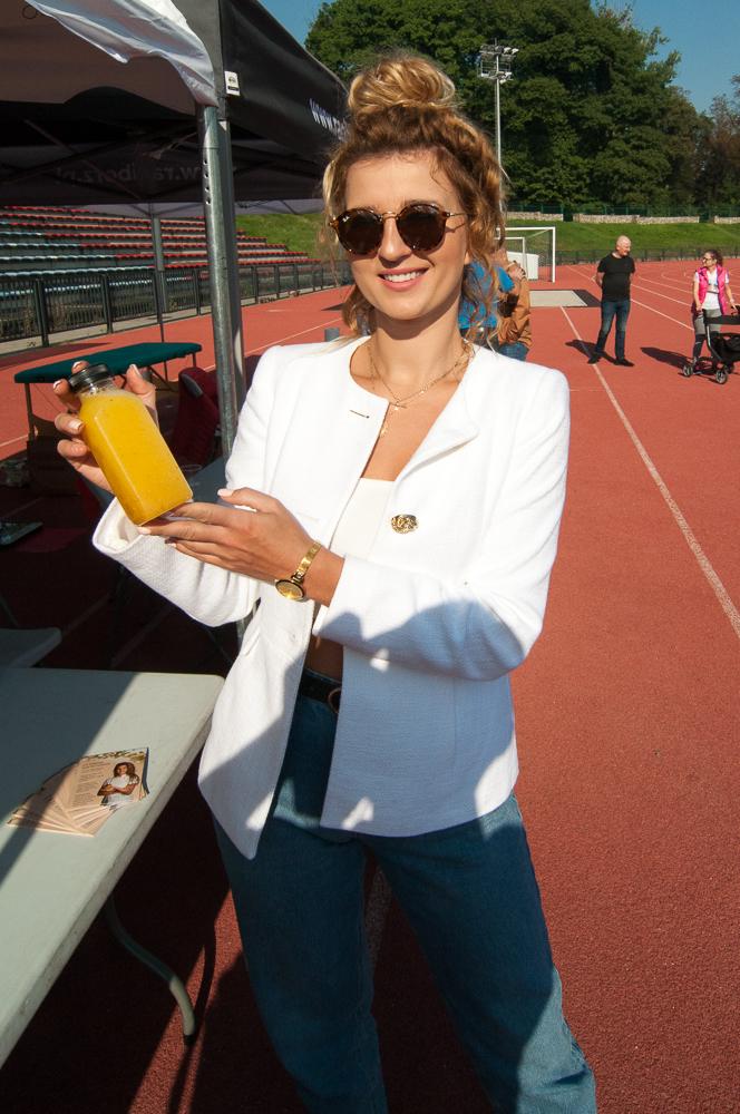 Dietetyk Joanna Głombik przekonywała uczestników wydarzenia do tzw. detoksu sokowego, czyli oczyszczania organizmu poprzez spożywanie napojów na bazie warzyw i owoców.