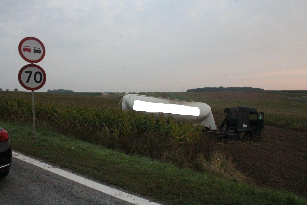 Kierowca ciężarówki próbował uniknąć zderzenia z volkswagenem.