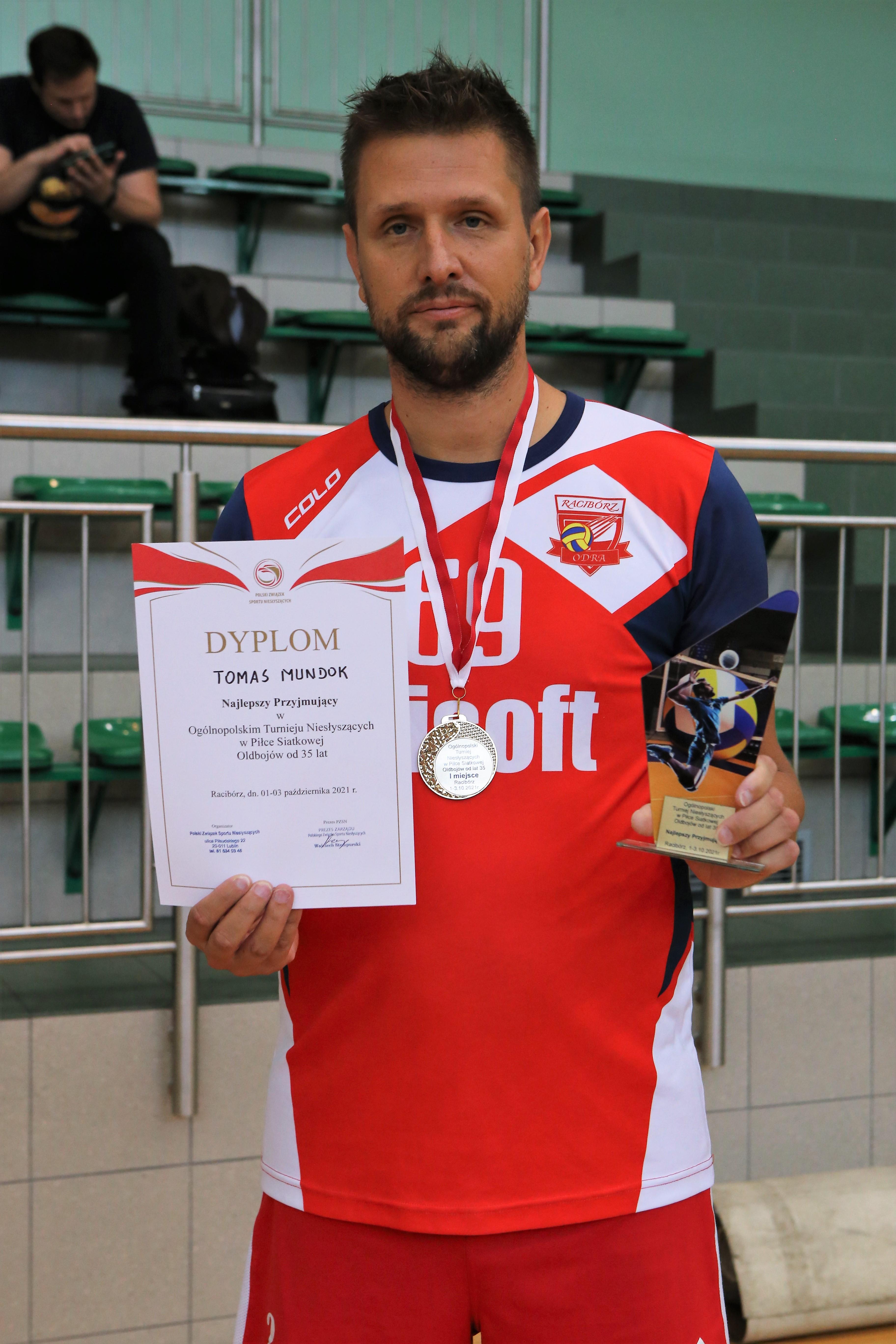 """Tomas Mundok otrzymał wyróżnienie dla """"najlepiej przyjmującego"""" zawodnika turnieju."""