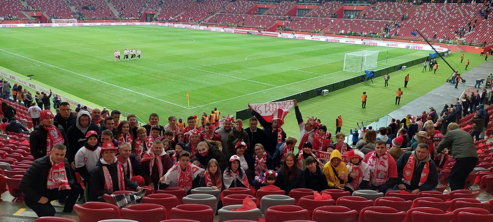 Wspólne zdjęcie klubu na stadionie podczas meczu