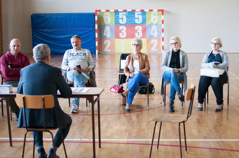 20 osób (wliczając radnych Henryka Mainusza oraz Jarosława Łęskiego) przyszło na spotkanie z prezydentem Dariuszem Polowy w Ocicach. Spotkanie zorganizowano 9 października w szkole w Ocicach.